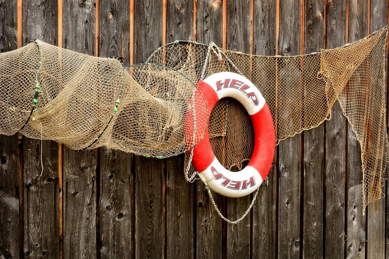 wooden wall, fishing net, lifebelt-949818.jpg